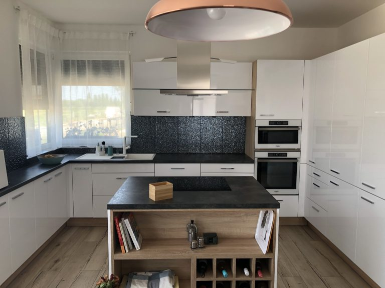 Magasfényű fehér konyhabútor
