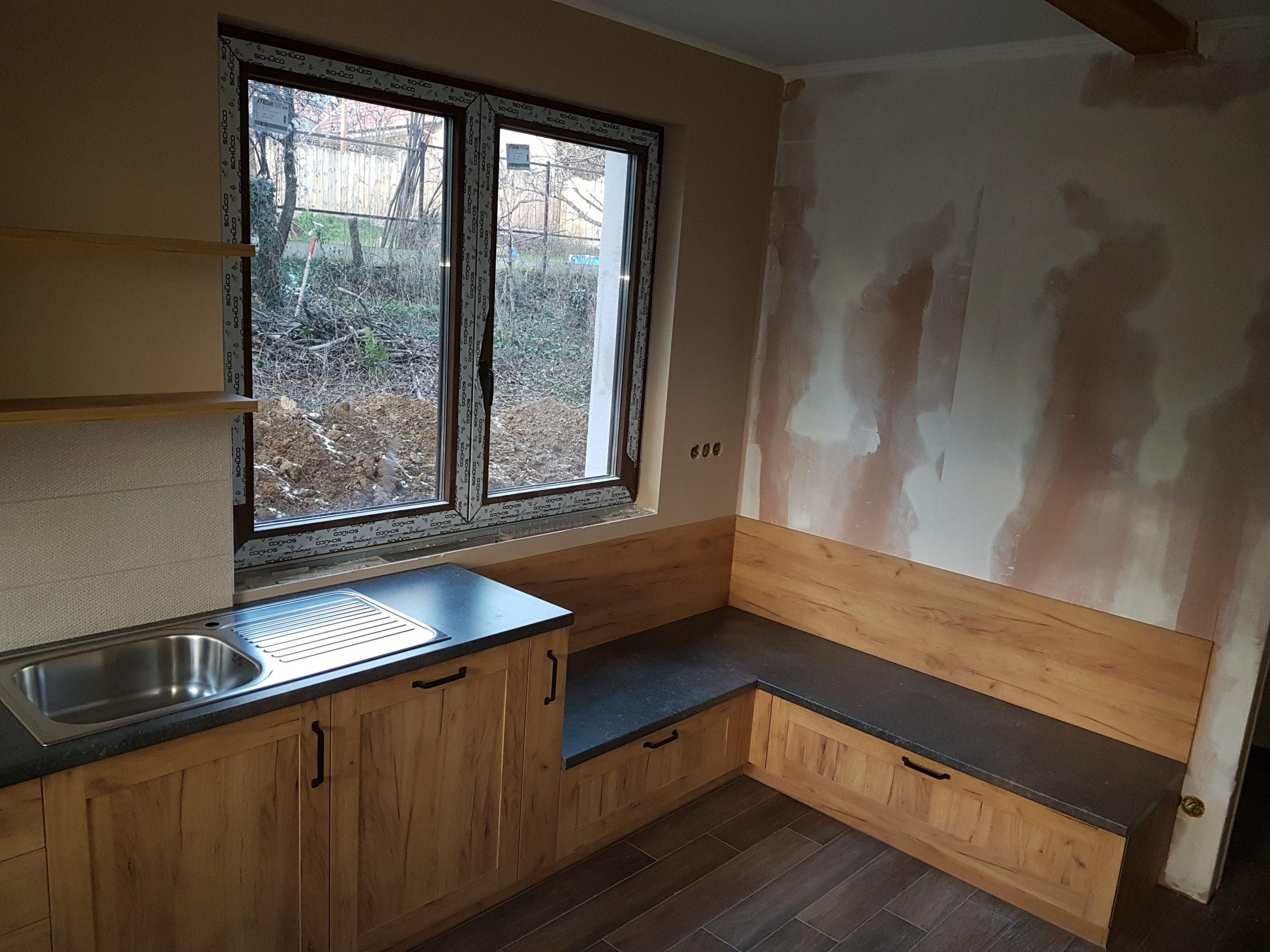 Modern, otthonos konyhabútor arany tölgy színben, sötét munkalappal