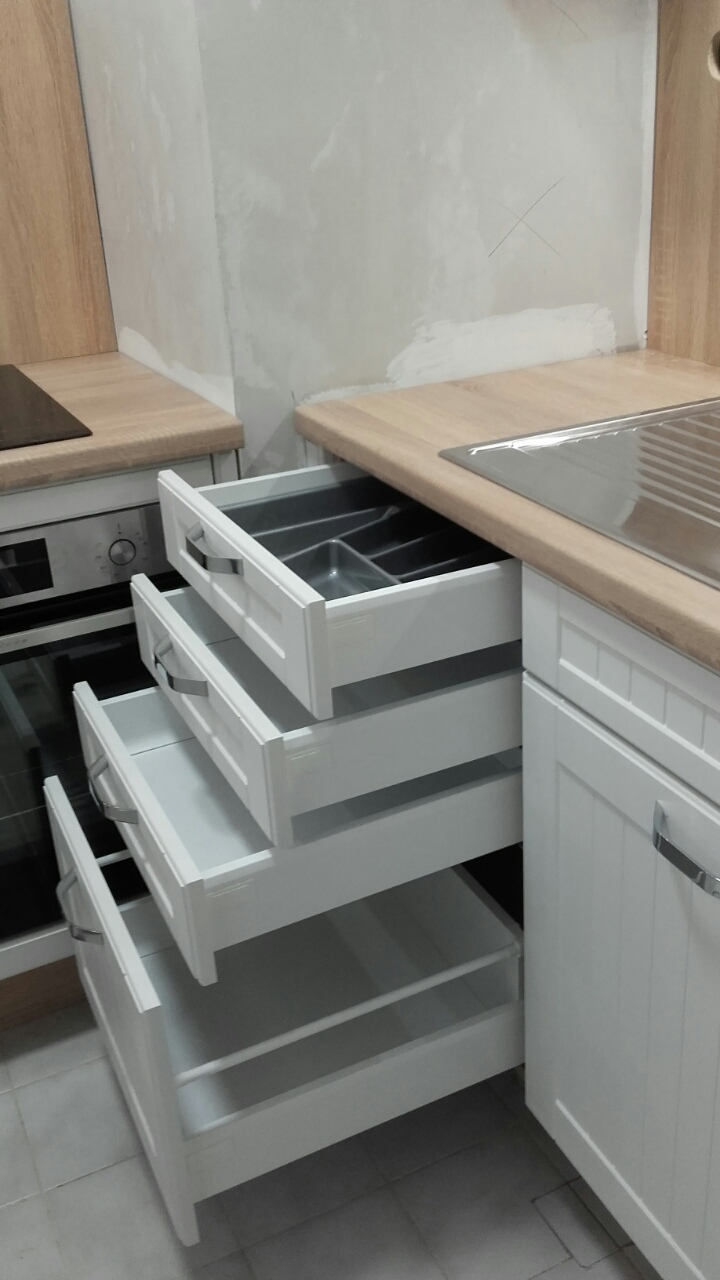 Kis konyhabútor praktikus megoldásokkal