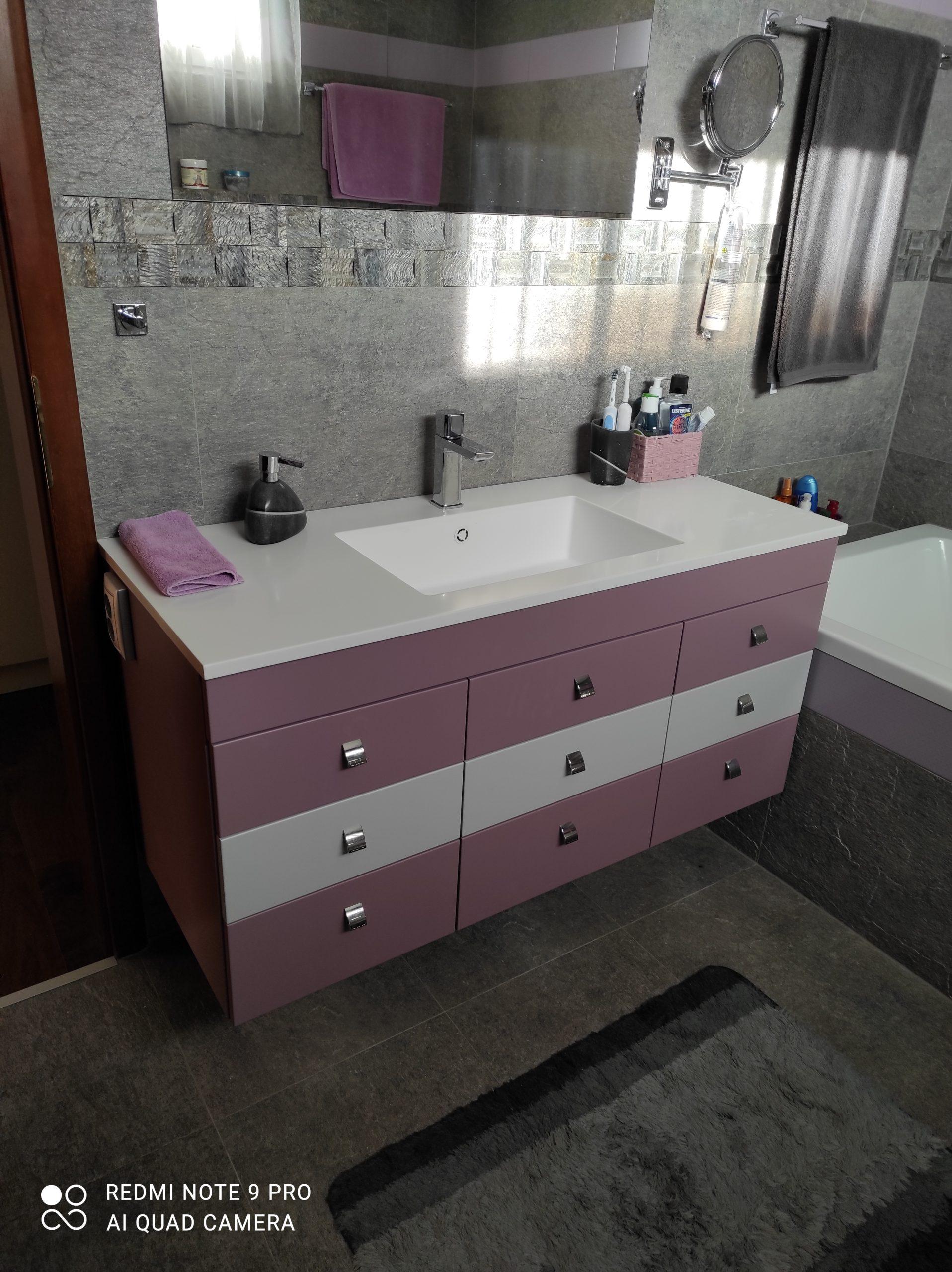 Modern, lila-fehér fürdőszobabútor